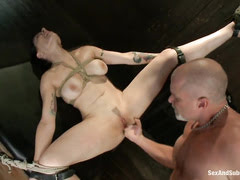 Грубо связанную шлюху секс машинка наяривает бездушно